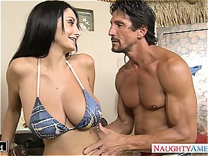 Ava Addams places his fuckpole inbetween her fat knockers