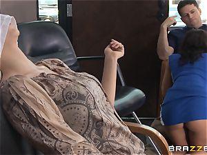 Hairdresser Rachel Starr catches a humungous cumload