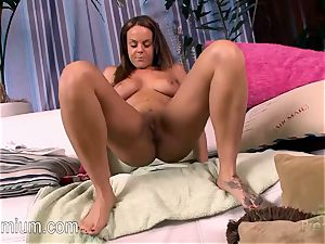Rahyndee James loves to have fun with her uber-sexy twat