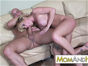 milf mommy Holly Sampson gets facial cumshot