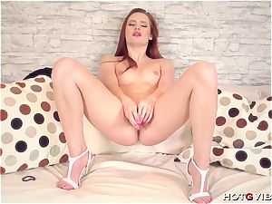 pale gingers brings her saucy coochie to a supreme ejaculation